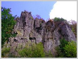 Высота Соколиных скал достигает около 30 метров от подножья